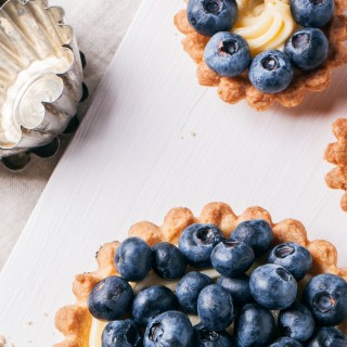 Blueberries and pastry cream pie