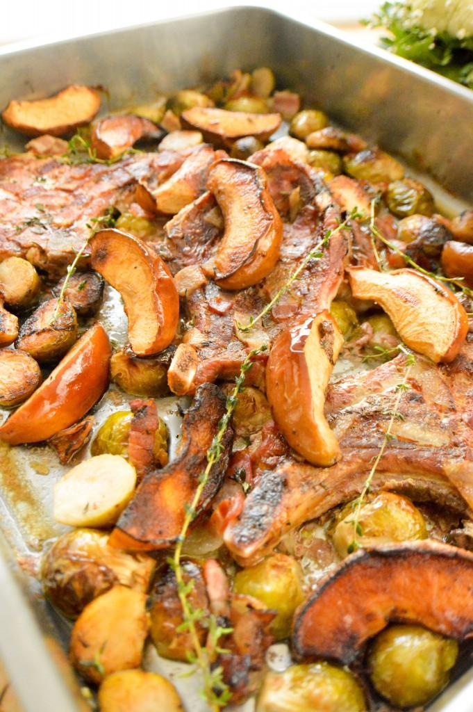 Chuletas de cerdo asadas con coles de bruselas y manzanas - Como cocinar coles de bruselas ...